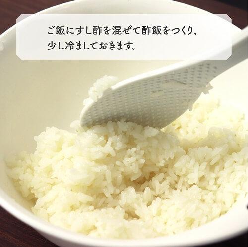 ご飯にすし酢を混ぜて酢飯をつくり、少し冷ましておきます。
